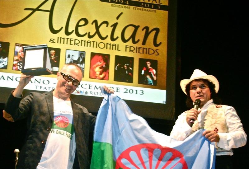 Roberto Malini solleva il Premio Phralipé 2013, mentre Santino Spinelli illustra le motivazioni del prestigioso riconoscimento