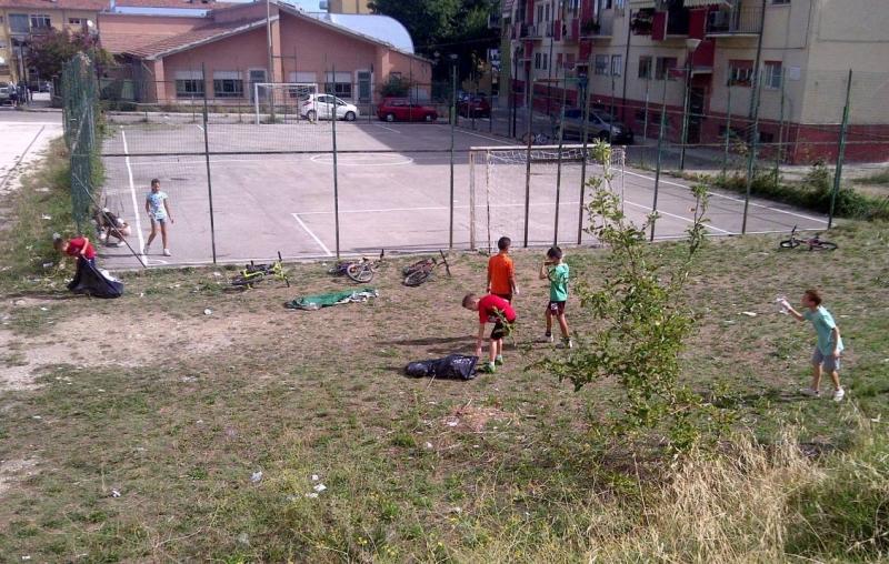 I ragazzi del quartiere ripuliscono il campo sportivo (Foto IPA)