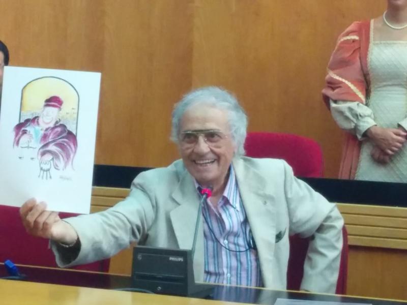 Lucio Trojano con un suo disegno donato a Danilo Marfisi