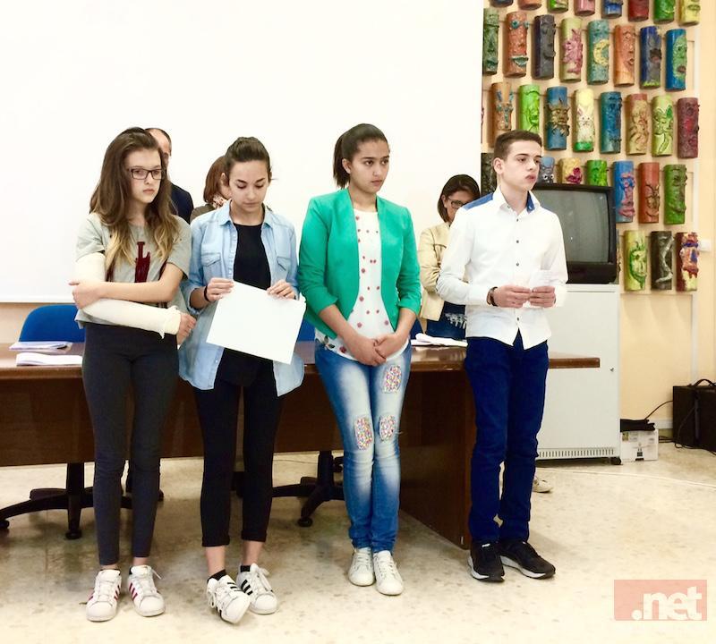 In foto Sanaa (la seconda da destra) con tre compagni di scuola